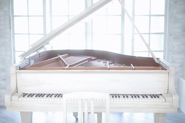 スタジオ内の白いピアノ