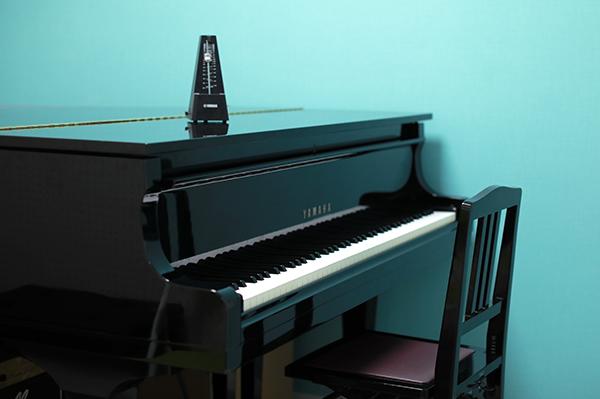 レッスン室のグランドピアノ